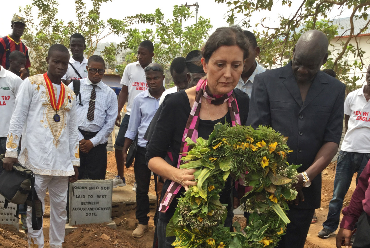 Fiona McLysaght, Country Director for Concern Sierra Leone, lays a wreath