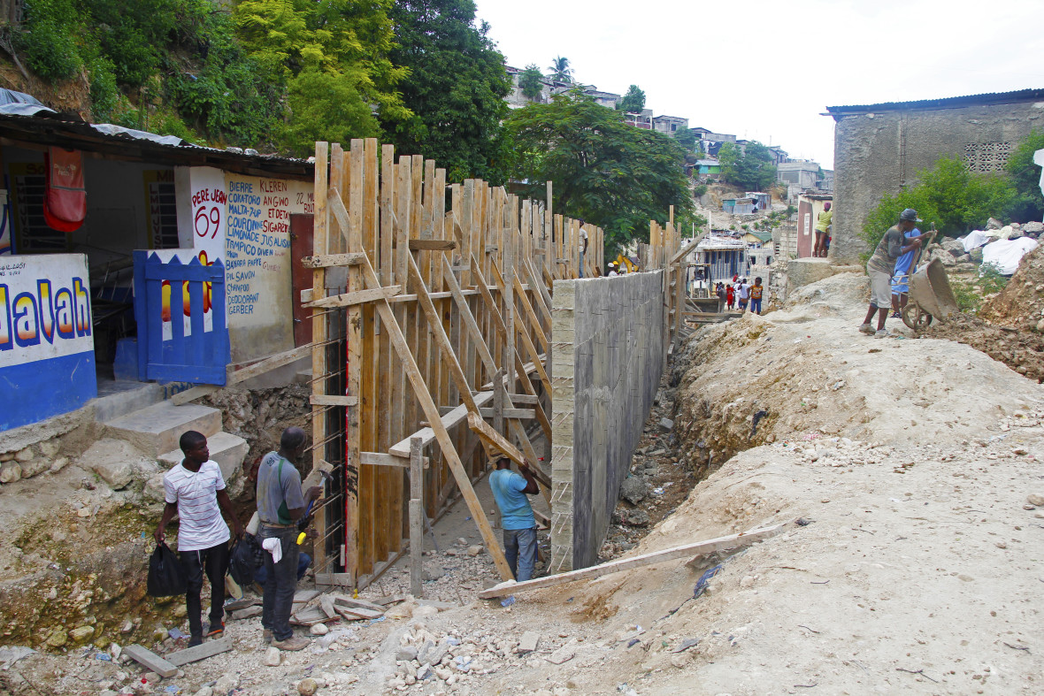 Construction of a retaining wall in Grand Ravine, designed to sustainably prevent flooding