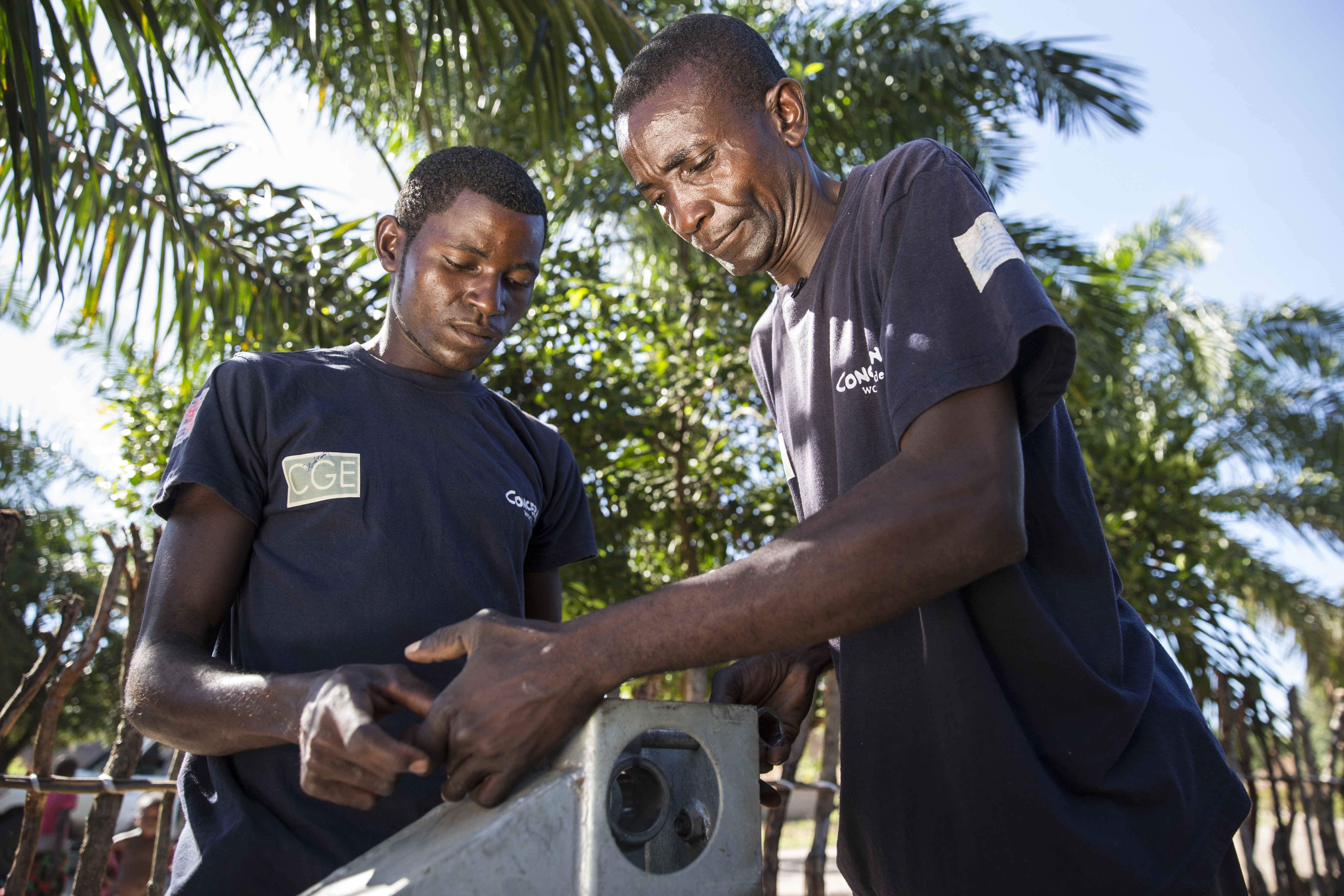 Pump technician, Ilunga Wailungabje, and supervisor Daviens Ngoy Wangay (on right), doing maintenance work in DRC
